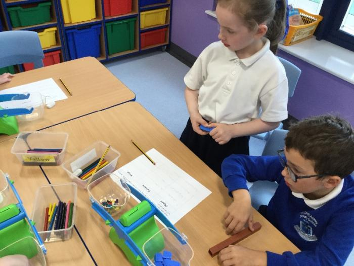 Measuring weight using cubes.